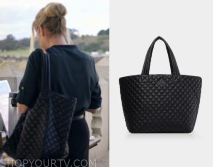 "2c5defd18f49 Jen Harding (Christina Applegate) wears this large black tote bag in this  episode of Dead to Me, ""Pilot""."